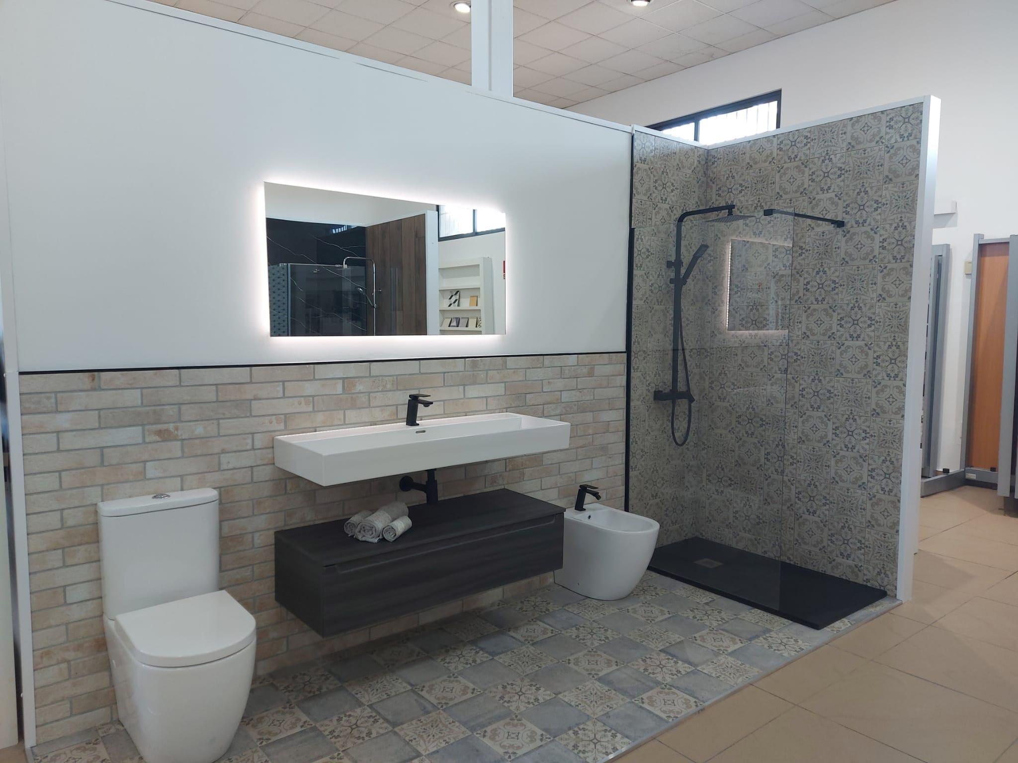 bano-baldosas-ducha-inodoro Exposición Azulejos Cerámica y Baño